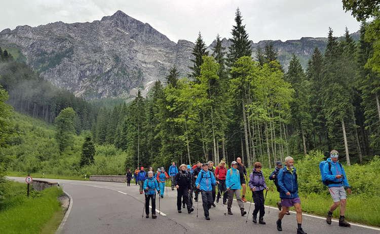 Die 24 h Untersberg extrem Wanderer auf dem Weg nach Berchtesgaden