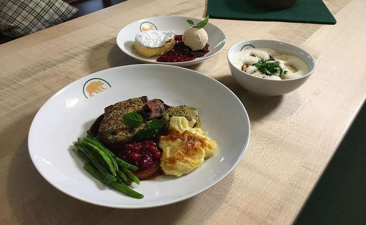 Weinsuppe, Oxn-Filet in Zwiebelkruste und Käsekuchen
