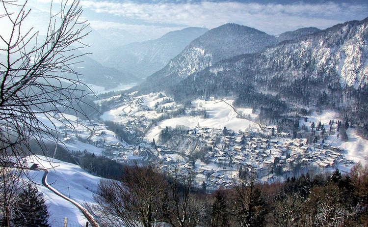 Winterwandern mit Blick auf Marktschellenberg