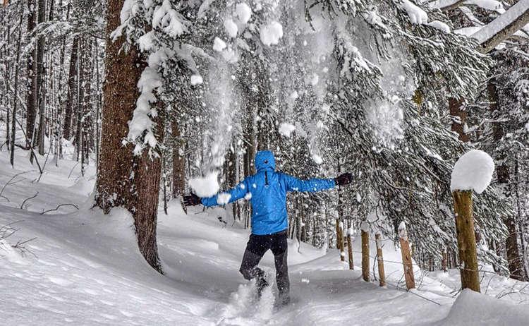 Winterwandern durch den tief verschneiten Wald